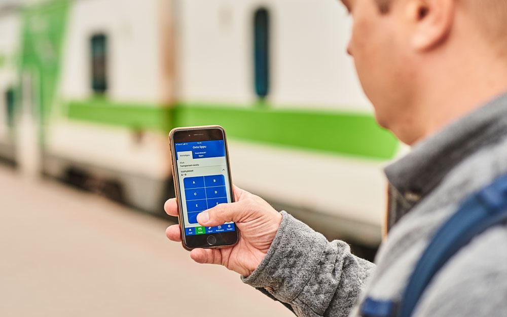 Kuvituskuva: Matkustaja valitse Nysse Mobiilissa vyöhykkeet junamatkalleen.